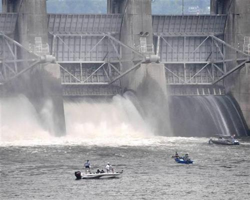 Fishing boats get close to hazardous waters at Old Hickory Dam